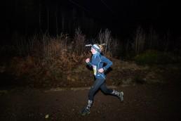 NightRun Oslo: Dame løper på songsvann med hodelykt
